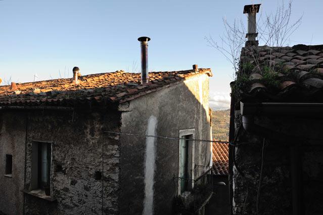 DIARIO MINIMO DALL'ITALIA INTERNA (2) – Incontri nei vicoli, una signora architetto, il carrozziere inventore e l'ultimo negozio nel centro antico